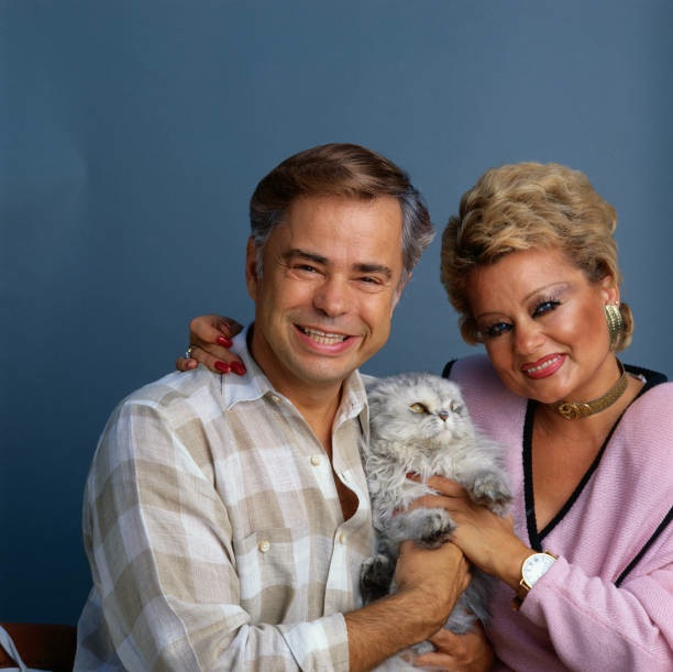 jim-and-tammy-bakker-with-their-cat-picture-id644189992[2188].jpg