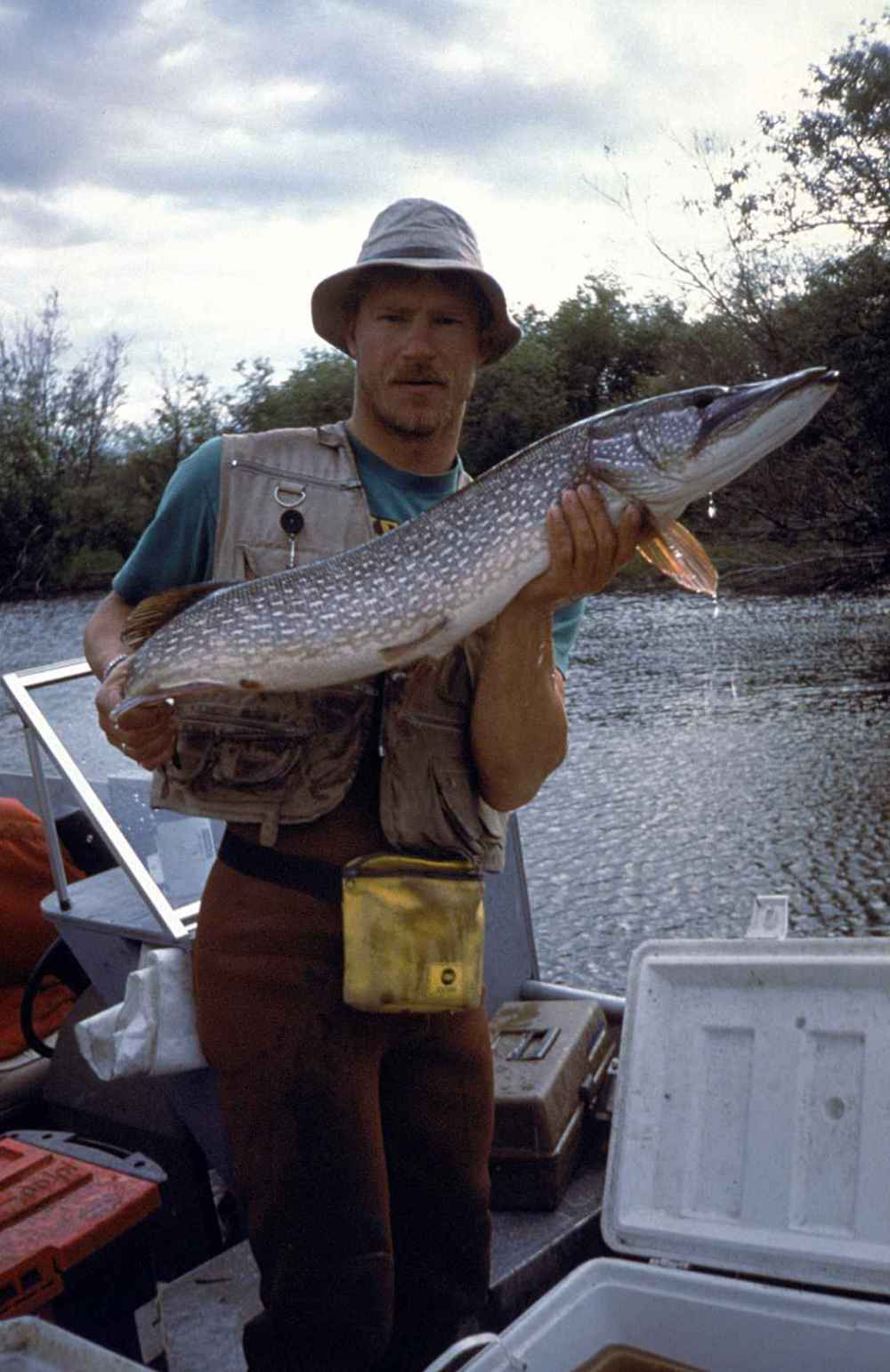 Fisherman_holding_big_fish_northern_pike[2829].jpg